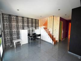 Flat, 78 m², near bus and train, almost new